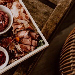 Ontbijt aan huis - Charcuterieplank - The Butcher's Plank - De BRKFSTCLUB - Close up