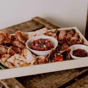 Ontbijt aan huis - Charcuterieplank - The Butcher's Plank - De BRKFSTCLUB